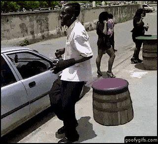 Entrando al auto con estilo