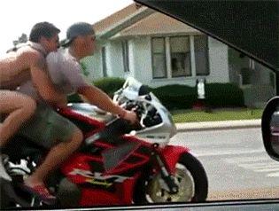 Dos hombres en una moto
