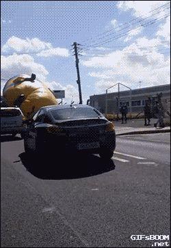 Un minion gigante ataca a la ciudad