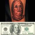 El hombre lleva el dinero pegado en la piel