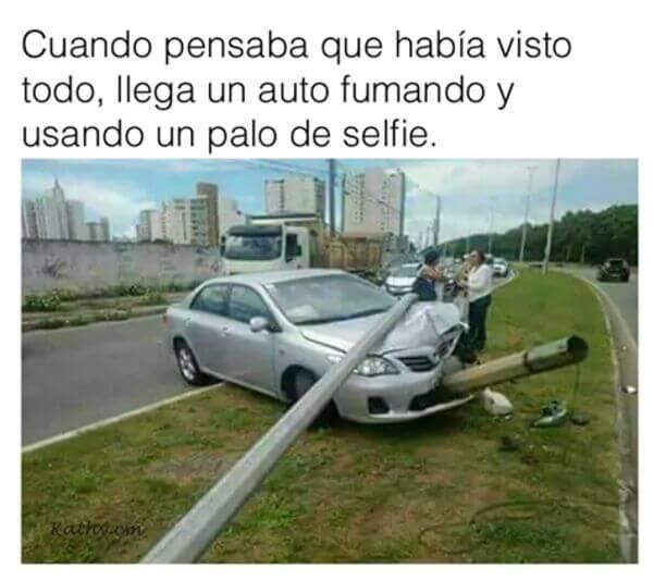 Un auto fumador con un palo de selfie
