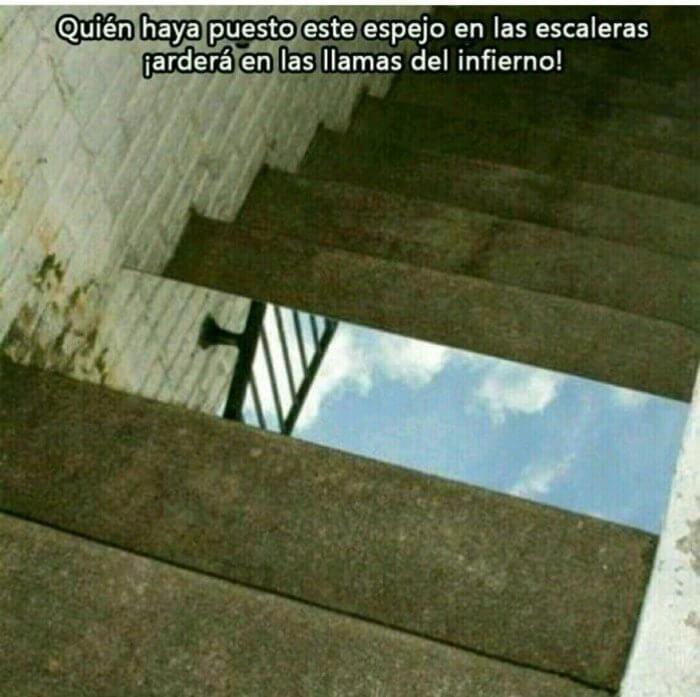 El que puso un espejo en las escaleras