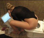 Mujer chateando en el baño