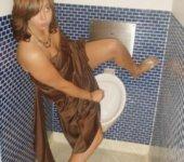 Mujer en baño de hombre