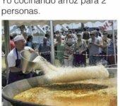 Cocinando arroz para dos personas